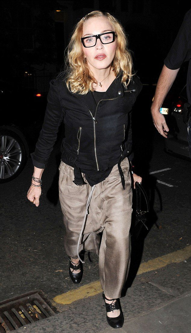 20160715-pictures-madonna-out-and-about-london-07 - mdnatr