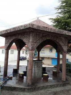 Tarihi görünümlü Çeşme ve Camii şadırvanı
